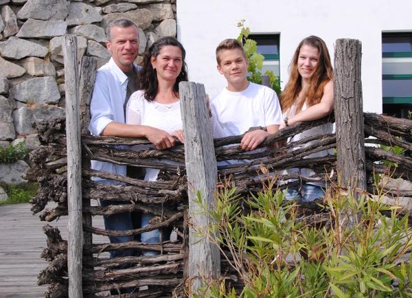 Foto Familie Hörmann-Milanovich vor Kellerei